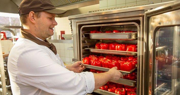 Dank moderner Großküchentechnik kommen die Speisen wie frisch gekocht zum Kunden